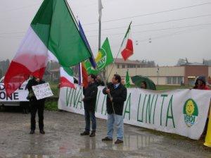 Turroni nel suo blitz a Pontida con la Bandiera Tricolore